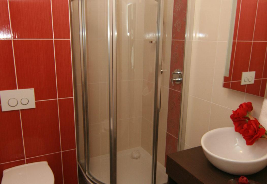 Doppelbett Zimmer Dusche